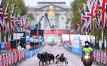 Athletics - London Marathon - London, Britain - October 4, 2020 Britain's David Weir with Rob Smith and competitors during the wheelchair race Pool via REUTERS/Richard Heathcote
