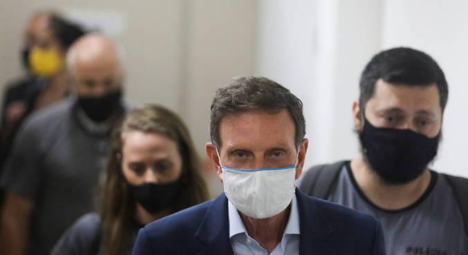 O prefeito Marcelo Crivella, que foi autorizado a ir ao velório da mãe