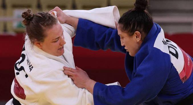 Mayra Aguiar, de azul, derrotou a russa, que sofreu três punições seguidas
