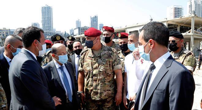 Presidente do Líbano, Michel Aoun, visita o local da explosão na área portuária de Beirute