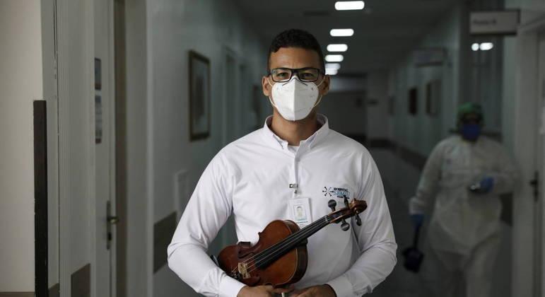 Cristiano de Andrade levou sua música para acolher pacientes e equipe do hospital