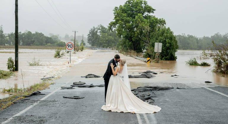 Noivos foram 'resgatados' por helicóptero para sair da enchente e se casarem a tempo