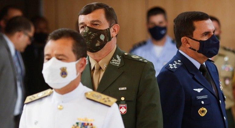 O general Paulo Sérgio Nogueira de Oliveira entre o almirante Almir Garnier e o brigadeiro Carlos Almeida Baptista Junior