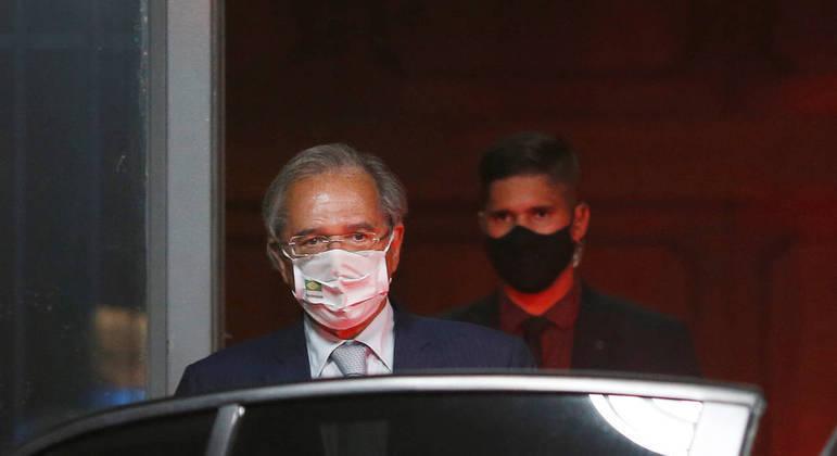 Ministro Paulo Guedes na saída do ministério após denúncias dos Pandora Papers