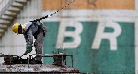 Funcionário da Petrobras trabalha em tanque de óleo