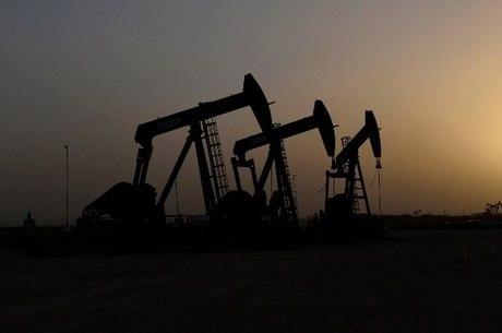 Preços do petróleo despencam e atingem menor patamar desde 2002
