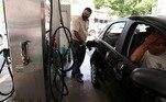 Carro sendo abastecido com gasolina em um posto de combustíveis no Rio de Janeiro REUTERS//File Photo