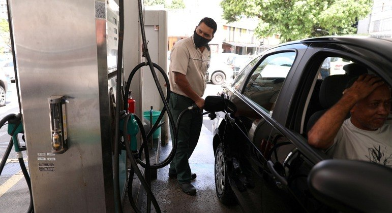 Carro sendo abastecido em posto de combustíveis no Rio de Janeiro