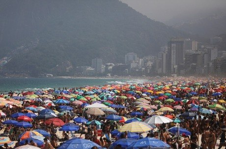 Cenas de praias cheias foram recorrentes durante o ano
