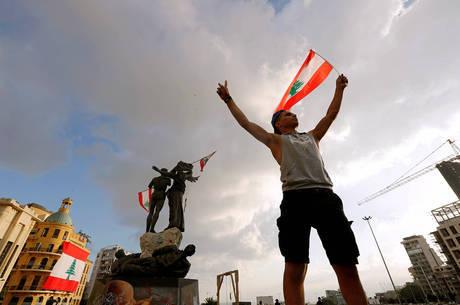 Renúncia chega após dias de protestos