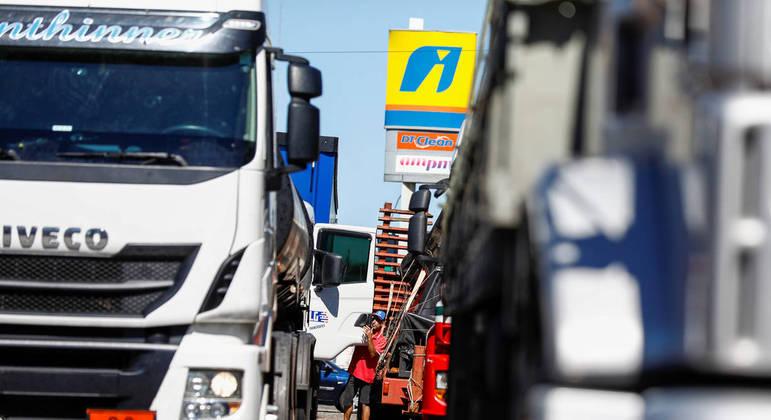 Grupo de caminhoneiros bloqueia a BR-101, no Rio Grande do Sul, em apoio a Bolsonaro
