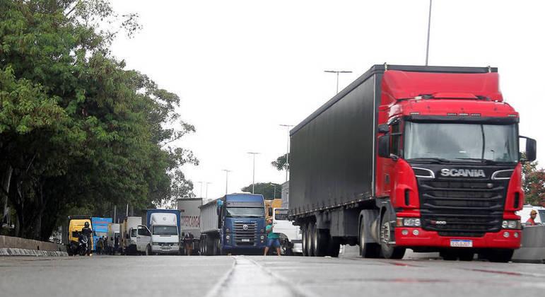 Caminhoneiros criticam o alto preço do diesel e reivindicam um valor mínimo para o frete