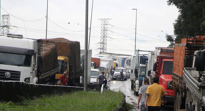Manifestação de caminhoneiros na Marginal do Tietê, em São Paulo