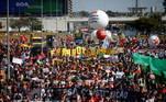 Na capital federal, a manifestação reuniu centenas de pessoas e, ainda que alguns usassem máscaras, houve desrespeito ao distanciamento social