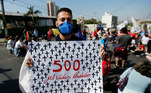 Em Cuiabá (MT), manifestantes saíram pelas ruas usando máscaras e levando faixas em protesto contra o governo. Muitos lembraram a triste marca de quase 500 mil vítimas da covid-19 no país