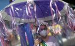 Também em Goiânia (GO), mulher carrega faixas e um guarda-chuva com fitas contra o presidente