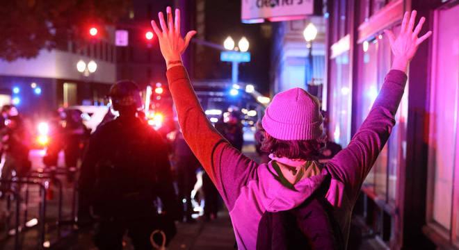 Manifestante é abordado pela polícia na cidade de Portland, Oregon