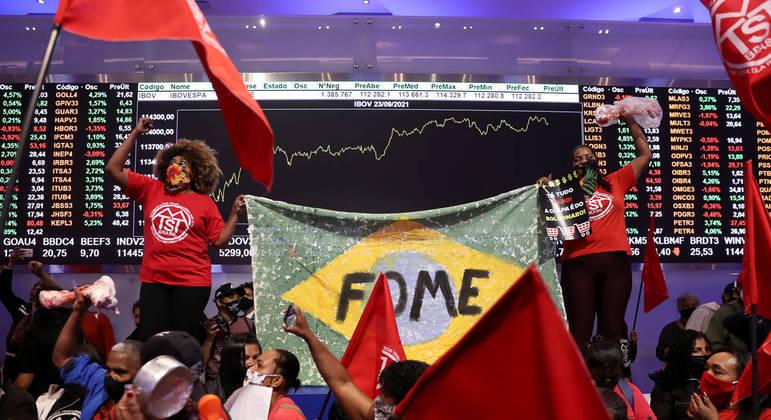 Integrantes de movimentos sociais invadem a B3 nesta quinta-feira (23)