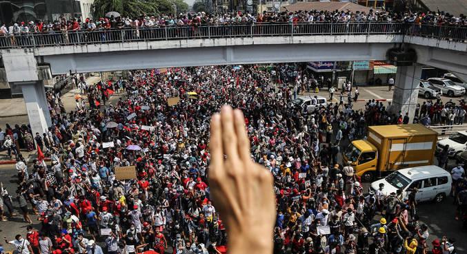 Três dedos se tornaram símbolo nos protestos na Ásia e tomaram as ruas de Mianmar
