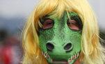 No Rio de Janeiro, manifestante usa máscara de jacaré, em referência à crise das vacinas contra a covid-19 no país