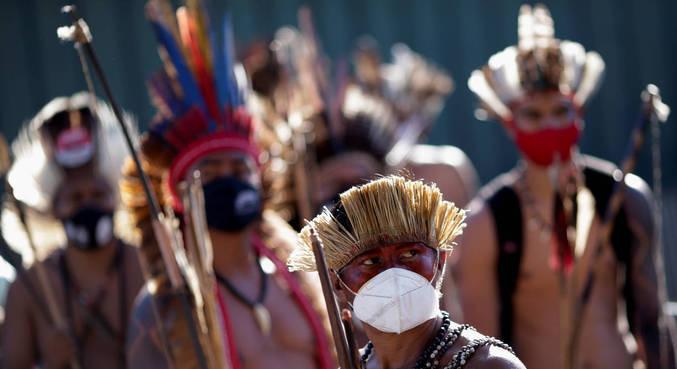 Indígenas em protesto em frente ao Congresso Nacional, realizado em junho