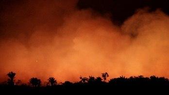 __Incêndios na Amazônia clareiam o céu até mesmo durante a noite__ (Ueslei Marcelino/ Reuters - 17.08.2019)