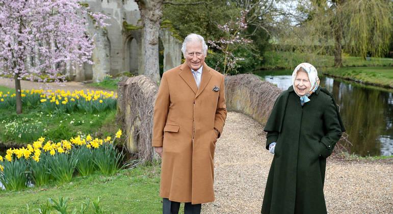 Rainha Elizabeth e príncipe Charles caminham juntos para comemorar Páscoa
