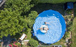 Zuerich (Switzerland Schweiz Suisse), 30/07/2020.- A picture made with a drone shows Marco and his daughter enjoying a sunny day in his pool in a private garden in Zurich, Switzerland, 30 July 2020. (Suiza) EFE/EPA/ENNIO LEANZA PICTURE TAKEN WITH A DRONE