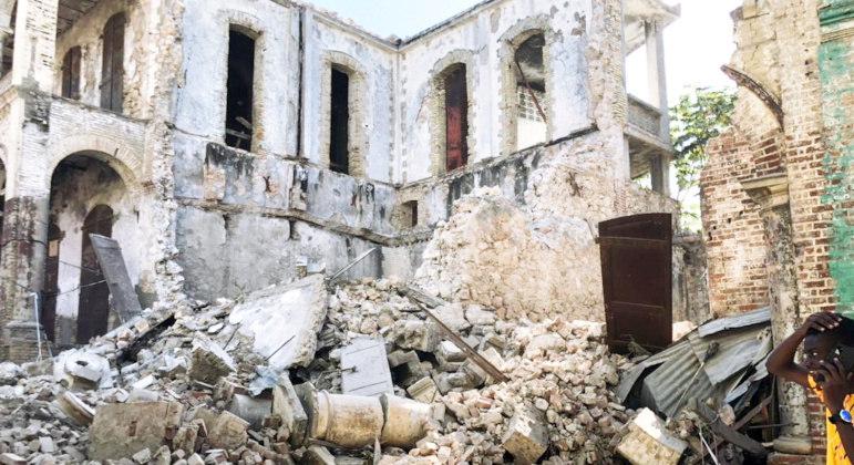 Tremor derrubou prédios e casas no Haiti neste sábado (14)