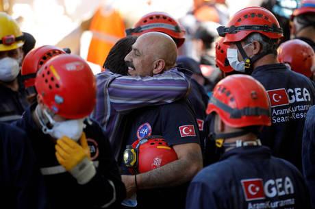 Equipe de resgate comemora mulher retirada com vida