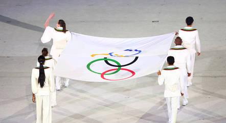 Bandeira olímpica é levada para cerimônia de juramento