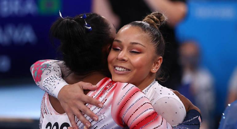 Simone Biles abraça a brasileira Flávia Teixeira, que ficou em sétimo lugar na final da trave