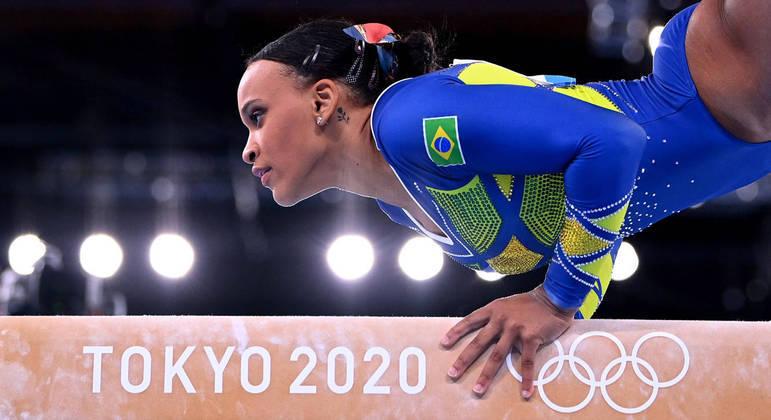 Rebeca durante a apresentação na trave pouco antes de conquistar a medalha de prata