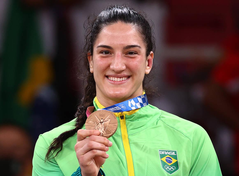 Mayra Aguiar mostra medalha de bronze que ganhou em Tóquio