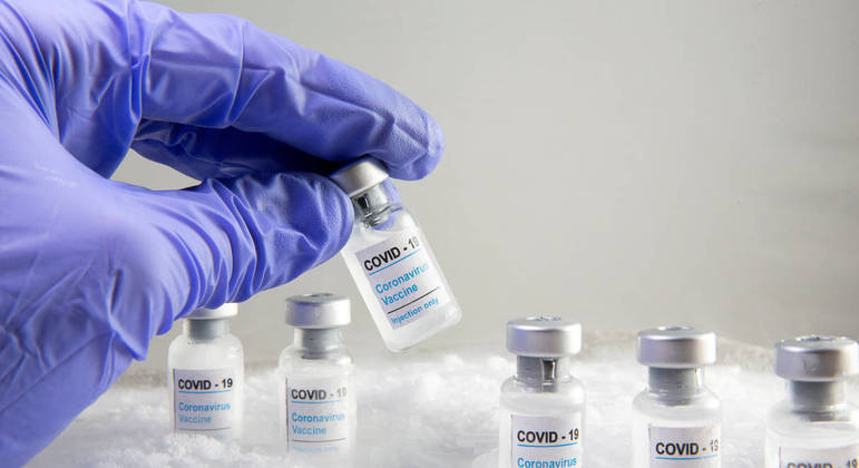 Bolsonaro anunciou que suspendeu compras de seringas para vacina contra a covid-19
