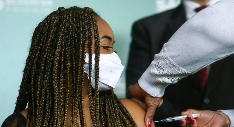 Adolescentes de 16 e 17 anos com comorbidades serão vacinados  nesta quarta (18)