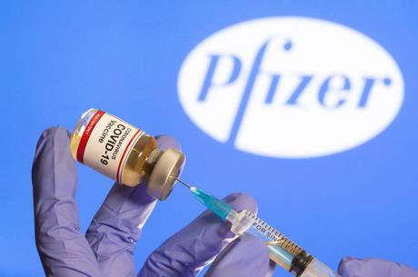 Vacina da Pfizer é aplicada em duas doses