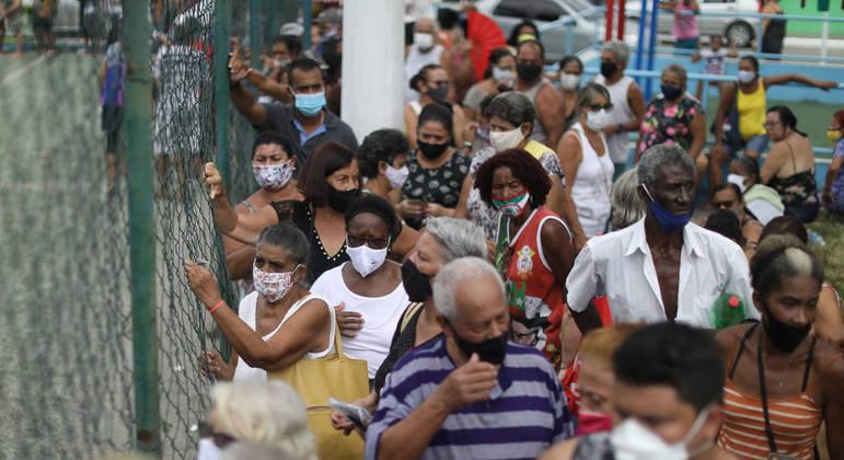 Fila de idosos para receber a vacina na cidade de Duque de Caxias (RJ)