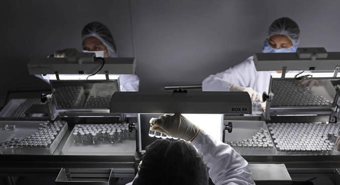 Vacinas são produzidas para combater vírus; nova cepa é confirmada