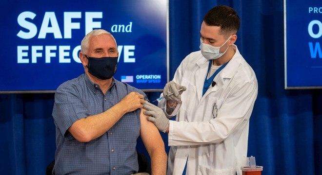 Mike Pence recebe vacina da covid-19 e afirma estar bem