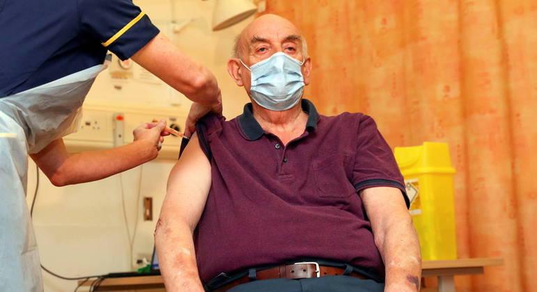 Brian Pinker, de 82 anos, foi a primeira pessoa a receber a vacina de Oxford no Reino Unido