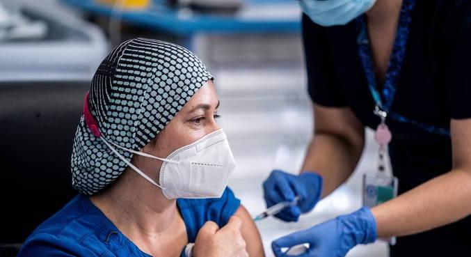 Profissional da saúde também foi a primeira a receber dose da vacina no Chile
