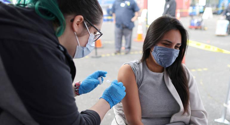 EUA já sente efeitos de ampla vacinação, com média de mortes em quedas consecutivas