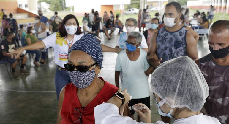 Idosos fazem fila para receber vacina contra a covid-19, em Belford Roxo, no Rio de Janeiro