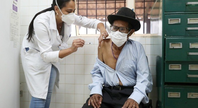 Ivano da Silva, 95, da tribo Guarani, recebe uma dose da vacina, em SP