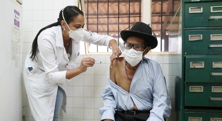 Brasil já está vacinando a população com a CoronaVac