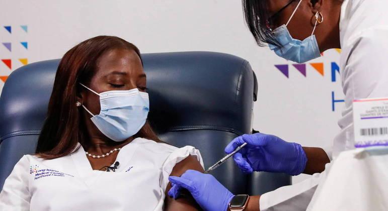 Enfermeira americana foi a primeira a receber as duas doses da vacina nos Estados Unidos