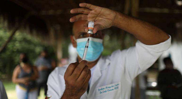 Agente de saúde prepara CoronaVac para vacinar membros quilombolas de Magé, no Rio