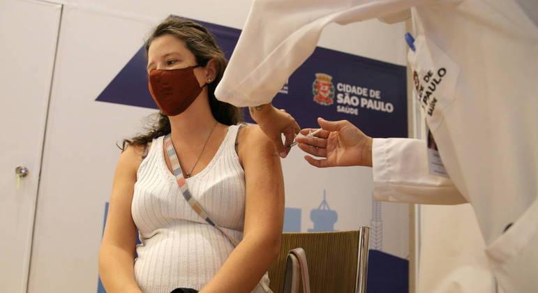 São Paulo já vacina grávidas e, a partir de segunda (14), será a vez de quem tem 58 e 59 anos