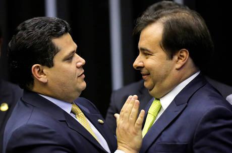 Presidentes Alcolumbre e Maia se cumprimentam